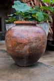 Waterkruik op de cementvloer royalty-vrije stock afbeelding