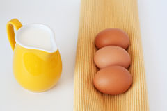 Waterkruik van melk en eieren Royalty-vrije Stock Afbeelding