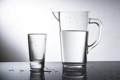 Waterkruik water met glas Royalty-vrije Stock Afbeeldingen
