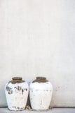 Waterkruiken tegen de muur Royalty-vrije Stock Foto's