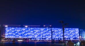 Waterkubus bij nacht in Peking Stock Foto's