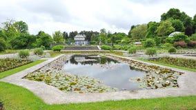 Waterlelievijver en sierbinnenplaats in de Botanische Tuin van München royalty-vrije stock afbeeldingen