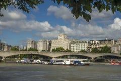 Waterloo bro London som inramas av träd Royaltyfri Fotografi