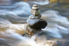 Waterlopen met stenen stock fotografie