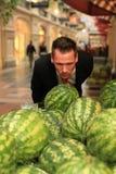 Watermellons que huelen del hombre en compra-centro Fotografía de archivo libre de regalías