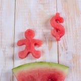 Watermeloen bij de dollarvorm en mens Plak van watermeloen met mone Royalty-vrije Stock Fotografie