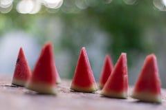 Watermeloen die in kleine rode stukken in orde wordt gemaakt royalty-vrije stock fotografie