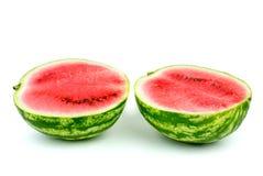 Watermeloen die op de helft wordt gesneden Stock Foto's