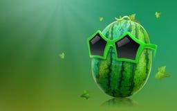 Watermeloen die zonnebril en stervorm op de zomerachtergrond dragen met tropisch fruitconcept stock foto's