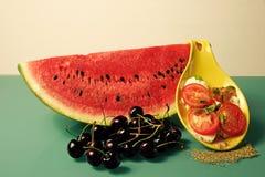 Watermeloen, druiven, kersen en citroen stock foto