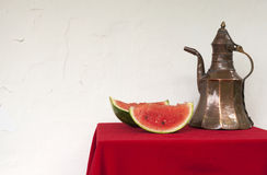 Watermeloen en koperwaterkruik Royalty-vrije Stock Foto's