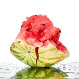 Watermeloen grote stukken met barsten en waterdalingen op witte spiegelachtergrond met dicht omhoog geïsoleerde bezinning stock afbeeldingen