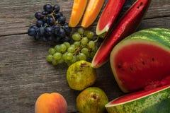 Watermeloen, meloen, druiven, perzik, Peer, pompoen op oud houten Ta Royalty-vrije Stock Afbeelding