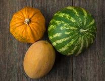 Watermeloen, meloen en pompoen op oude houten lijst Royalty-vrije Stock Fotografie