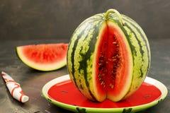 Watermeloen op een donkere achtergrond stock foto