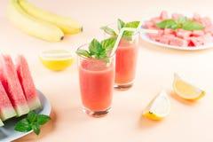 Watermeloen smoothie met banaan en citroen Drank van de de zomer de gezonde verfrissing stock foto's