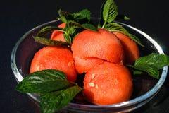 Watermeloenballen en muntbladeren stock fotografie