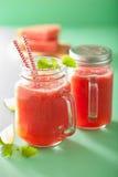 Watermeloenkalk smoothie in metselaarkruiken Stock Afbeelding