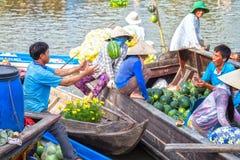 Watermeloenlevering aan klanten op de boot Stock Afbeeldingen