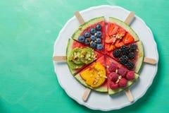 Watermeloenpizza - plakken met bessen en vruchten, granola Vers laag carburatordieet Royalty-vrije Stock Afbeelding