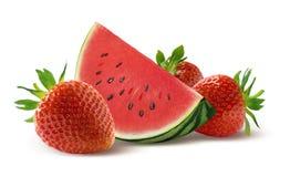 Watermeloenplak en aardbei op witte achtergrond Royalty-vrije Stock Afbeeldingen