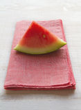 Watermeloenplak op roze servet placemat Stock Fotografie