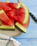 Watermeloenplakken, de voedzame yummy zoete zomer van de handdoekversheid op een blauwe houten achtergrond stock foto's