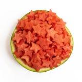 Watermeloenplakken in de vorm van een ster in kom op een witte achtergrond wordt geïsoleerd die Hoogste mening stock foto