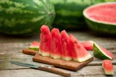 Watermeloenplakken op scherpe raad Stock Fotografie
