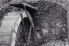 Watermill在一个公园,斯旺西,英国在秋天 免版税库存图片