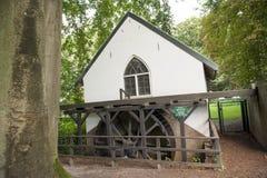 Watermill με τη ρόδα κουπιών στο δάσος Στοκ φωτογραφίες με δικαίωμα ελεύθερης χρήσης