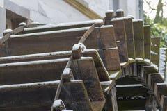 Watermill closup met sneeuw wordt behandeld die royalty-vrije stock foto's