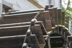 Watermill closup som täckas med snö royaltyfria foton