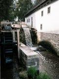 Watermill com casa imagem de stock