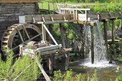 Watermill de madera del mecanismo Imágenes de archivo libres de regalías
