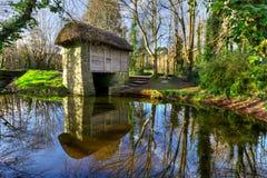 watermill del siglo XIX en parque de la gente de Bunratty imagenes de archivo