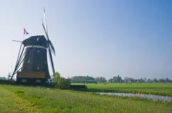 Watermill holandês no po'lder na mola Imagens de Stock Royalty Free