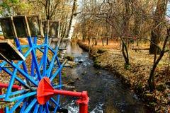 Watermill metálico de la rueda en un parque fotos de archivo libres de regalías
