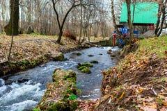 Watermill metálico de la rueda en un parque imagen de archivo libre de regalías
