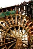Watermill na frente da arquitetura chinesa Imagens de Stock Royalty Free