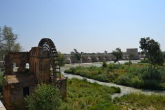 Watermill neben Roman Bridge in Cordoba Stockfotografie