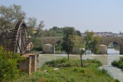 Watermill neben Roman Bridge in Cordoba Stockbilder