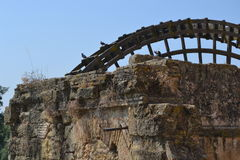 Watermill neben Roman Bridge in Cordoba Stockbilder