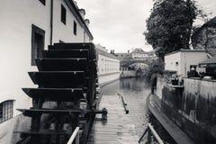Watermill på den Chertovka floden i Prague Arkivbilder