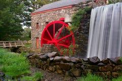 Watermill und Mühlstein stockbild