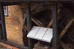 Watermill zamyka w górę zima marznącej krawędzi wody drewnianej zdjęcia royalty free