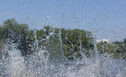 Waternevel op de achtergrond van bomen Royalty-vrije Stock Afbeelding