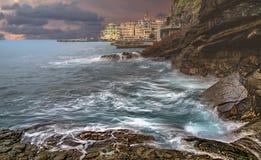 Wateronderbrekingen op rotsachtige kust dichtbij Bogliasco royalty-vrije stock foto