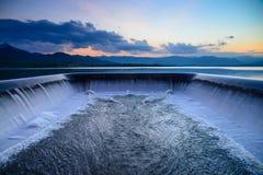 Wateroverstroming in een afvoerkanaal Stock Fotografie