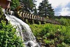 Wateroverstroming van houten millrace in groene vegetatie Royalty-vrije Stock Foto's